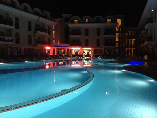 Candan Club Hotel: Pool at night and very inviting