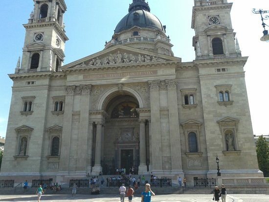 Next City Tours Budapest: The meeting point of the Free tour, St. Stephe Basilica