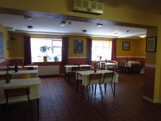 Neptunes Hostel: The dining area across from the kitchen