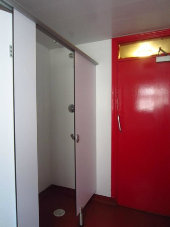 Neptunes Hostel: The tiny push-button shower.
