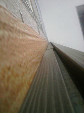 Royal Astrid Hotel : Le dessus du lit rempli de poussière au centre
