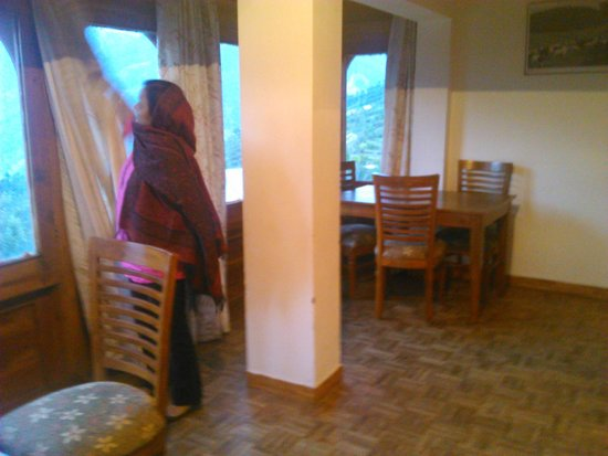 Hotel Kinner Kailash (HPTDC) : Sitting & Dining Area of the room