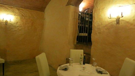 Ristorante Da Giuda: Romantic seating by the wine vault.