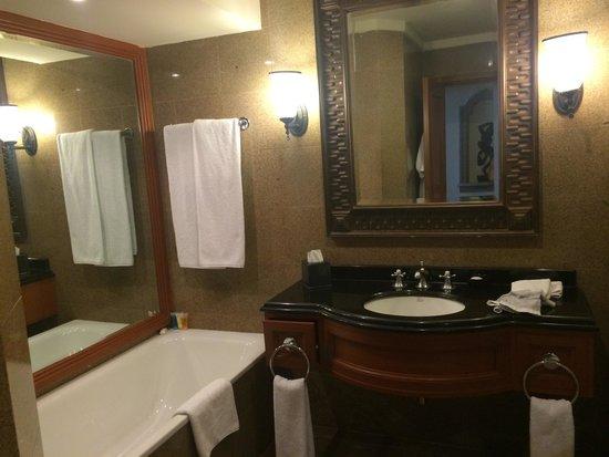 Hyatt Regency Kathmandu: Bathroom 605