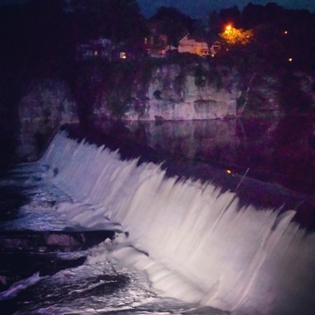 Diamond Mills Hotel: The falls at night... very nice view from room and patio.