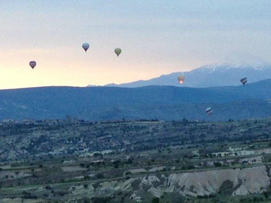 Argos in Cappadocia: Vista a partir do restaurante do hotel. Dia amanhecendo com balões subindo>