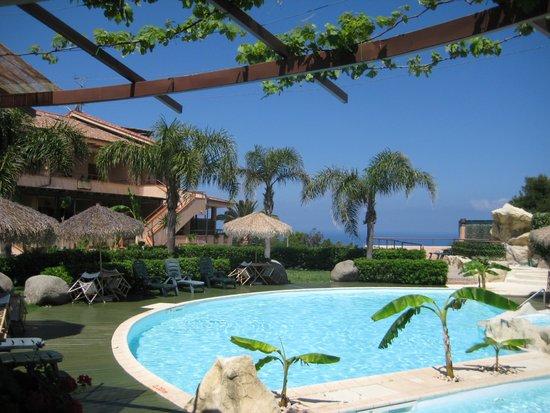L'Arcobaleno Resort: Pool mit Meer und Stromboli im Hintergrund