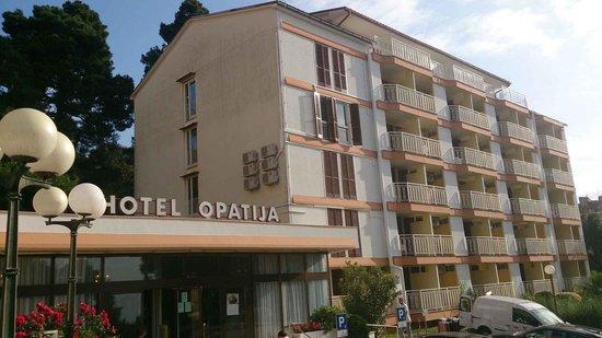 Hotel Opatija: 新館外観