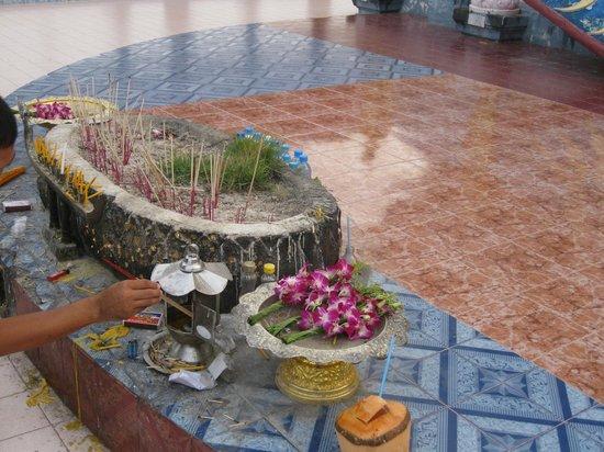 Big Buddha Temple (Wat Phra Yai): местные обычаи