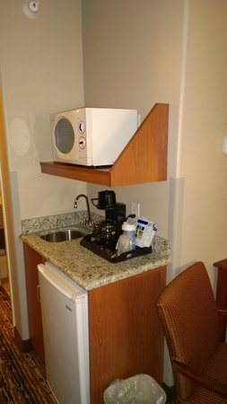Holiday Inn Express Douglas: Microwave and refrig