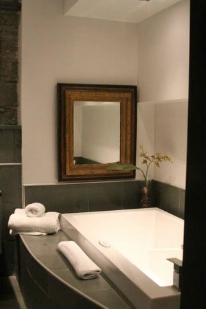 Hotel Le Priori: The bathtub was so spacious — and comfortable —  a couple with two children could sleep here.