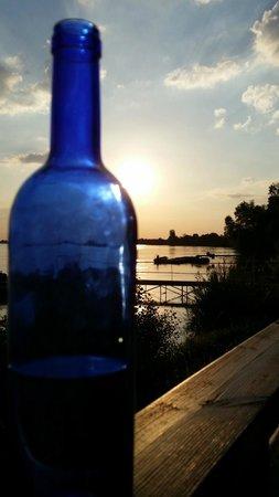 Le Face a l'eau : coucher de soleil sur bouteille d'eau