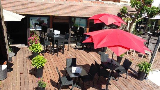 Hôtel Le Trophée : Vue sur la terrasse
