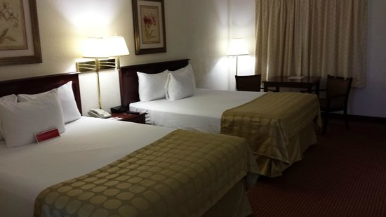 AmericInn by Wyndham Janesville: Updated Standard Room - 2 Queen Beds
