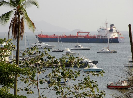Country Inn & Suites By Carlson, Panama Canal, Panama: Ship heading to the Pacific Ocean from the Atlantic