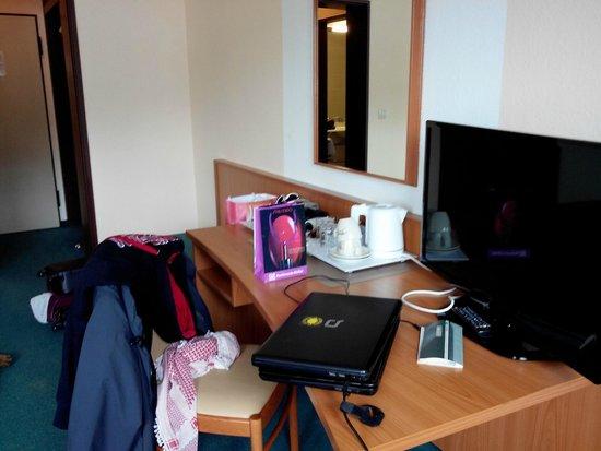 Langwasser Hotel: Le bureau et la télé