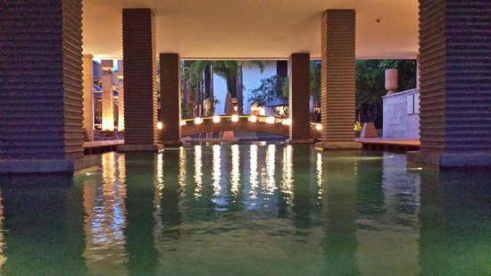 Park Hyatt Siem Reap: 1st floor swimming pool (night)