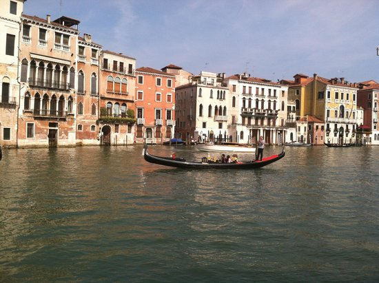 Hotel Canal Grande: In front of the hotel on the grand canal