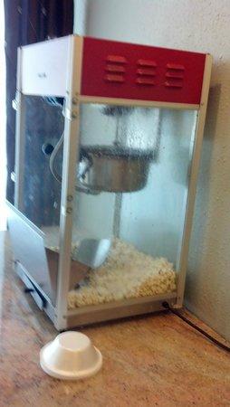 Days Inn Batavia Darien Lake Theme Park : Popcorn machine....yum....not