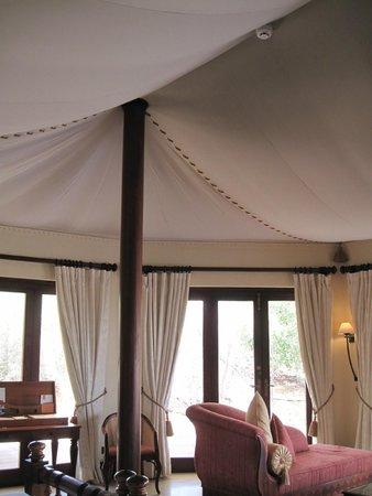 Al Maha, A Luxury Collection Desert Resort & Spa: Amazing bedroom ceiling