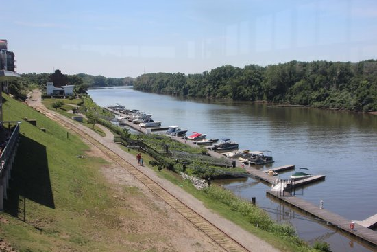 The Boathouse at Rocketts Landing Restaurant: View of James River from the dining room