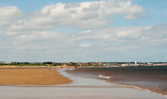 Fraisthorpe Beach: Looking towards the Harbour
