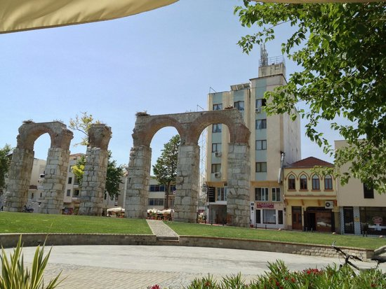 Hotel Kalehan: Square with historical aqueducts remains
