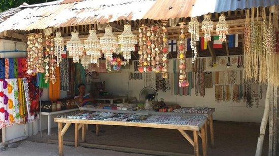 Yapak Beach (Puka Shell Beach): Souvenirs stall at Puka beach entrance