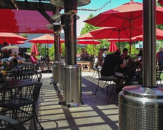 Healdsburg Bar & Grill : View of the outside patio area