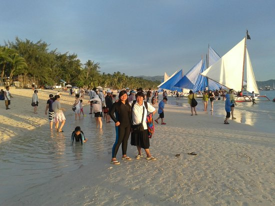 White Beach: Dikeramaian senja