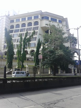 Sun-n-Sand Hotel, Pune: Hotel as viewed from the main road