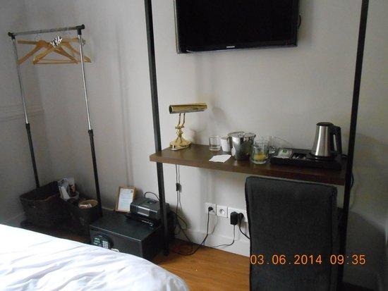 Hotel de la Porte Doree: our double room
