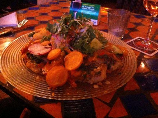 Otto's: Salatteller mit indisch zubereitetem Fisch