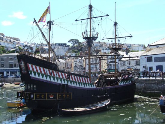 Preston Sands Hotel: Sir Francis Drake's Golden Hind in Brixham harbour
