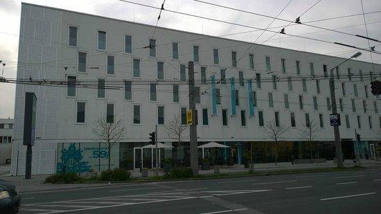 Motel One Salzburg-Sud: Sicht von Haltestelle