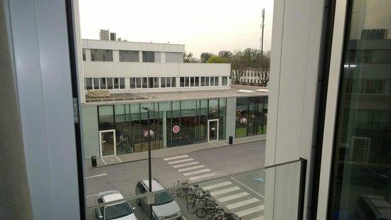 Motel One Salzburg-Sud: Aussicht auf Supermarkt