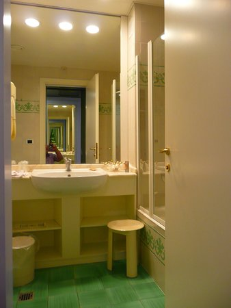 Caparena Hotel: Our bathroom