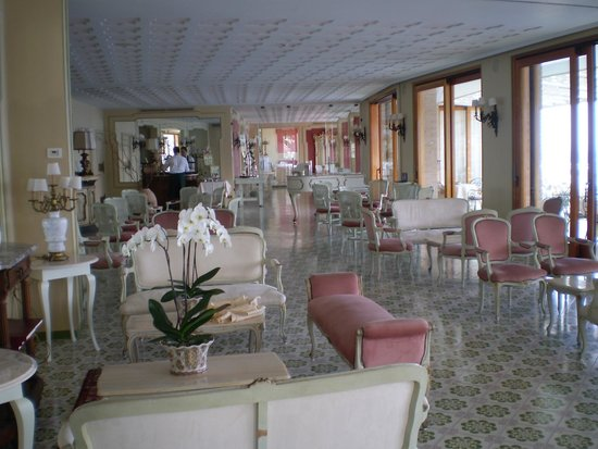 Hotel Belair : Bar Looking Through To Dining Room Beyond