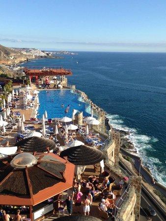 Gloria Palace Amadores Thalasso & Hotel: Vista desde el hotel al mar y una de las piscinas