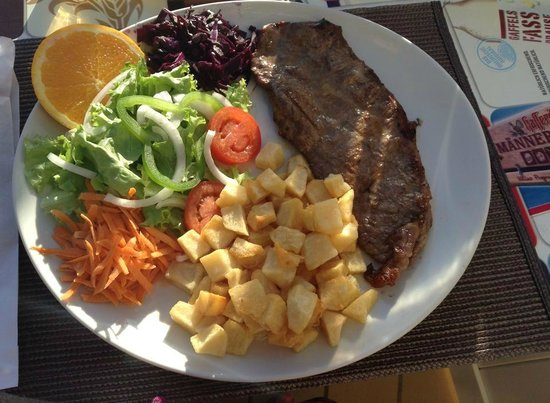 Torre Velha Hotel: steak at the hotel with a glass of wine 11 euros 50 ! really nice, and the kitchen is open to vi
