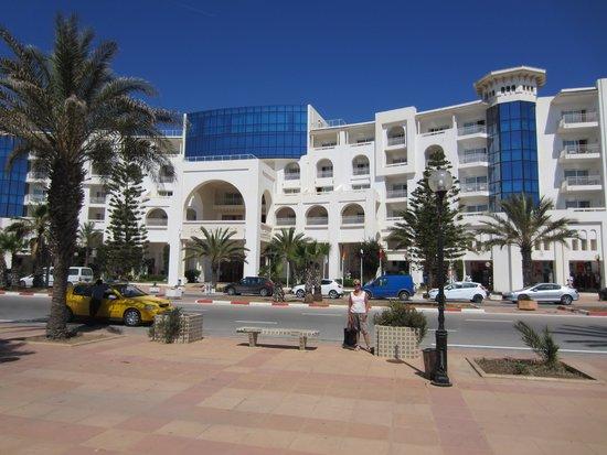 Saphir Palace & Spa : zicht op het hotel vanaf de zee