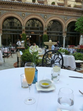 Hotel Alfonso XIII, A Luxury Collection Hotel, Seville : Courtyard restuarant