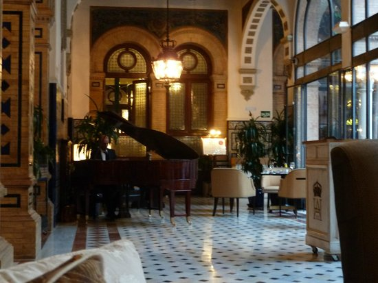Hotel Alfonso XIII, A Luxury Collection Hotel, Seville : Unwinding after dinner listening to the pianist