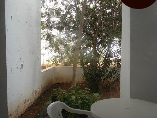 El Mouradi Djerba Menzel: Aussicht von der Terasse auf die Wand