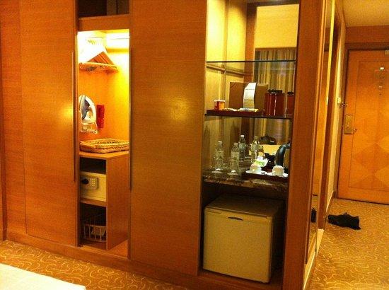 Pullman Kuala Lumpur City Centre Hotel And Residences : Entrance, wardrobe, minibar