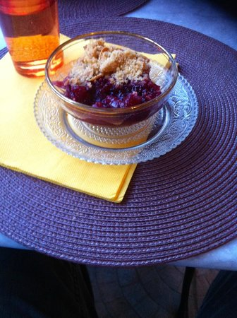 Le comptoir de balthazar : Cerise crumble (cherries picked that morning from their garden!)