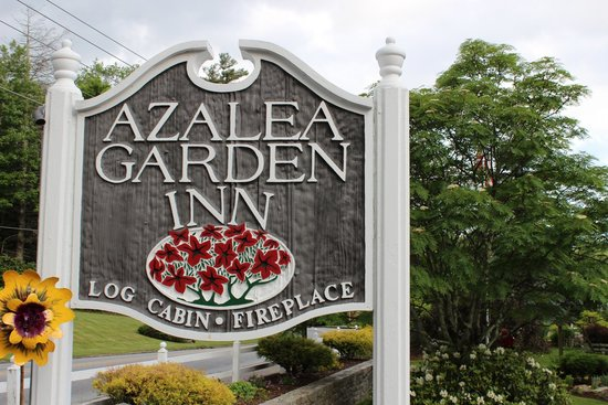 Azalea Garden Inn: The sign