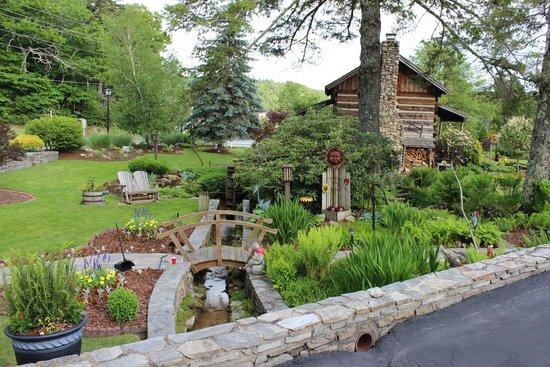 Azalea Garden Inn: The log cabin