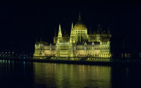 art'otel budapest: Nächtlicher Blick von Zimmer 524 auf das Parlament