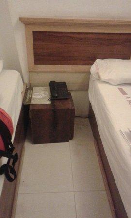 Usha Kiran Palace Hotel & Tower: Una caja como mesa d e noche